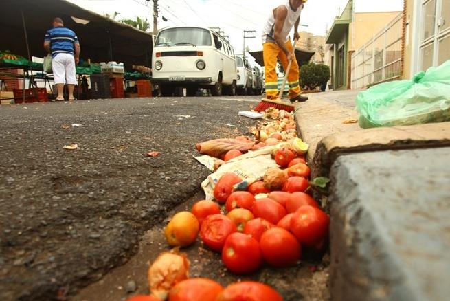 Famílias brasileiras desperdiçam até R$ 171 por mês em alimentos